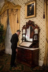 DANIEL DAY LEWIS LOOKING AT A  WHITE HOUSE COPY OF THE GETTYSBURG ADRESS